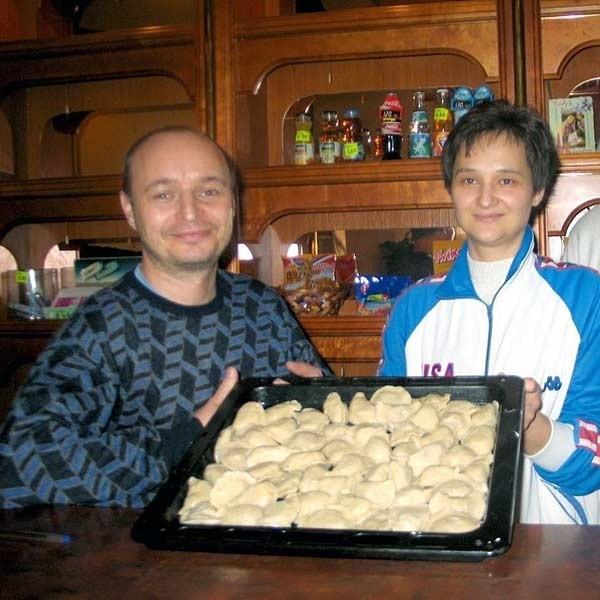 """Członkowie Spółdzielni Socjalnej """"Konar"""" w Tarnobrzegu założyli bar jadłodajnię, która cieszy się coraz większym powodzeniem. Na zdjęciu: Ryszard Pniak, prezes spółdzielni i Anna Bajor."""
