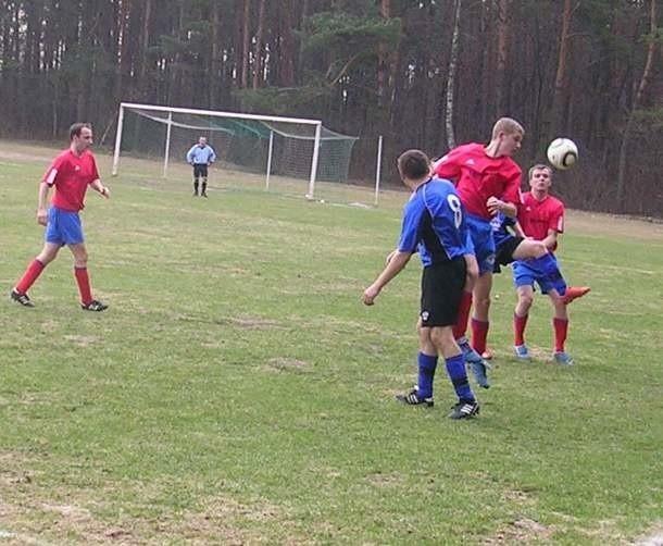 Smoczanka (czerwone koszulki) w drugim spotkaniu rundy wiosennej tak samo jak w pierwszym zremisowała 1-1.