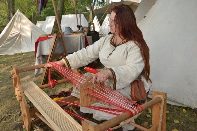 W miniony weekend w Kikole za sprawą V. Festiwalu Kultury i Sztuki Wczesnośredniowiecznej Old Fest można było poznać średniowieczne rzemiosło i poczuć smak obozowego życia. Dużym zainteresowaniem cieszyła się dawna biżuteria, która kusiła zwłaszcza przedstawicielki płci pięknej. Pracował kowal i garncarz, a w innym warsztacie powstawały stare instrumenty muzyczne. Można się było również przekonać, że opanowanie obsługi krosna tkackiego nie było sprawną prostą. Takie imprezy historyczne są wyjątkowo potrzebne, bo uczą szacunku do naszych przodków.
