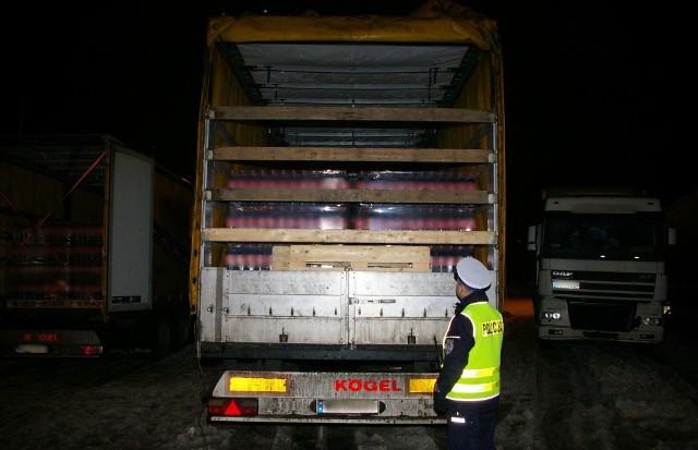 Białostoccy policjanci zatrzymali nielegalny transport 58 palet z napojami znanej firmy.
