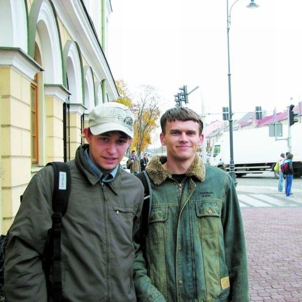 Ze szkoły wiemy, że 23 października 1944 r. zakończyła się w Suwałkach niemiecka okupacja - mówią Marcin Grudziński (po lewej) i Adrian Nowakowski