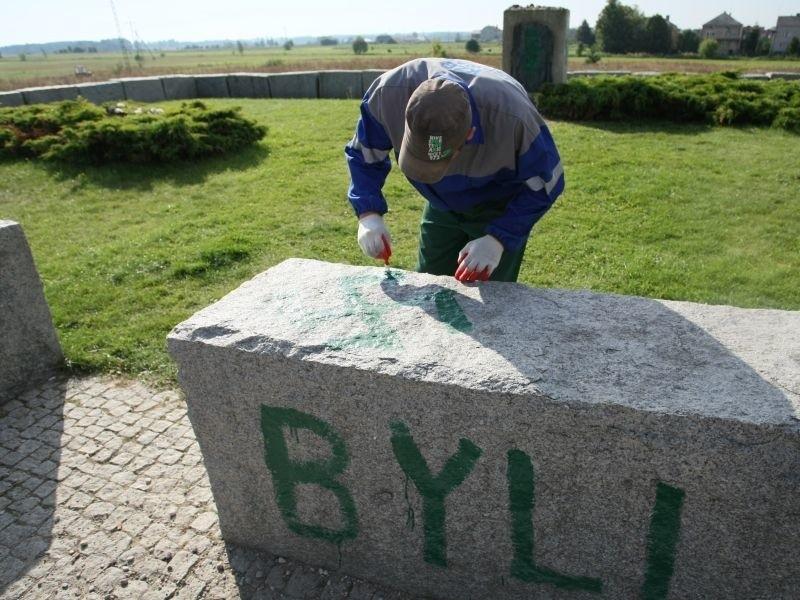 usuwanie swastyk z pomnika