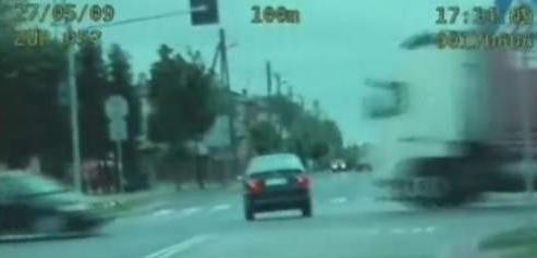 Rozkojarzony kierowca wjeżdża na skrzyżowanie z pierwszeństwem przejazdu.