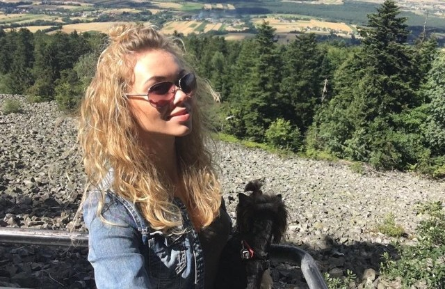 Eliza z Lidzią na Łysej Górze. W tle Gołoborze, zaś na ręce naszej miss mała, ale niestrudzona Lidzia.