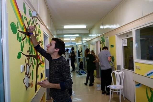 W akcji malowania korytarza wzięło udział około 50 studentów, głównie architektury, z różnych krajów, m.in. z Turcji, Francji, Włoch i Portugalii