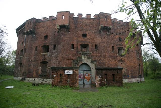 """Rada Dzielnicy XIII Podgórze podjęła uchwałę, w której sprzeciwia się planom sprzedaży Fortu nr 31 """"Św. Benedykt"""" na wzgórzu Lasoty."""