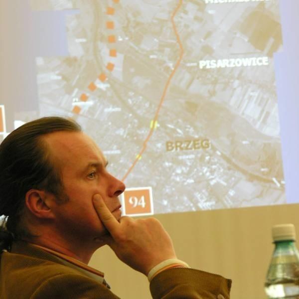 Ireneusz Dyła, naczelnik wydziału planowania w opolskiej Generalnej Dyrekcji Dróg Krajowych i Autostrad, przekonywał, że dziś nie ma potrzeby budowy obwodnicy Brzegu.