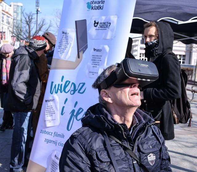 """Happening """"Życie kury jej oczami"""" z goglami Virtual Reality w Sopocie [ZDJĘCIA]Happening """"Życie kury jej oczami"""" w Sopocie"""