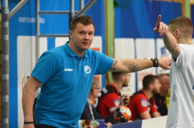 Trener Dawid Nilsson niemal cały czas rozmawia z potencjalnymi nowymi zawodnikami SPR Stali
