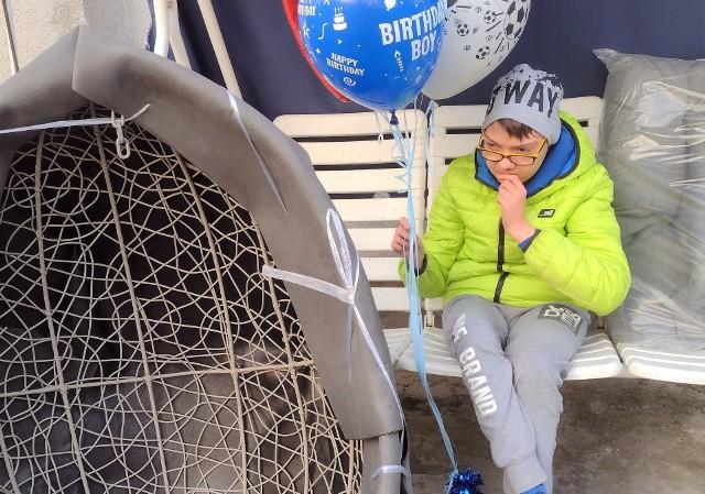 """Niepełnosprawny Kuba Mierzwicki z Inowrocławia, dzięki ludziom dobrej woli, otrzymał na 15. urodziny wymarzony fotel, który pomoże w prowadzeniu rehabilitacji oraz """"bukiet"""" balonów"""