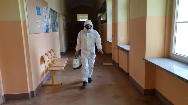 Rosnąca liczba przypadków koronawirusa oznacza bardzo duże obciążenie pracą personalu szpitali.