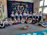 Mali dżentelmeni z Przedszkola Samorządowego w Olesznie w gminie Krasocin przygotowali niespodziankę z okazji Dnia Kobiet. Zobaczcie zdjęcia