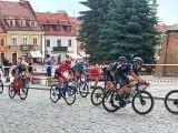 Kolarze witani w Sandomierzu przez turystów. Na rynku była premia Wyścigu Solidarności  i Olimpijczyków [ZDJĘCIA]
