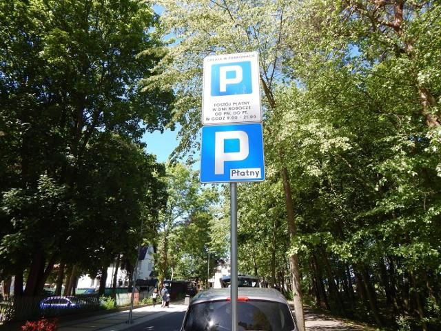 Na ulicach w centrum Ustki pojawiły się parkometry. Nowe parkingi na ulicy Portowej - bezpłatne