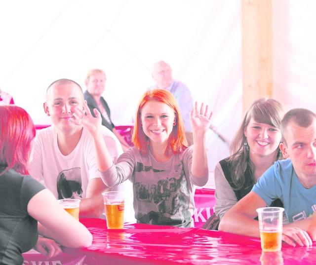 15. edycja Beerfest w Parku ŚląskimW ten weekend (28-30 sierpnia) w Parku Śląskim odbędzie się 15 jubileuszowa edycja największej biesiady piwnej w Polsce Beerfest. Ślązacy słyną z zamiłowania do dobrej zabawy i biesiadowania dlatego też będą w swoim żywiole. A to za sprawą ponad 25 stanowisk browarów rzemieślniczych, warsztatów oraz degustacji. Odbędzie się również konkurs piw domowych pod patronatem Polskiego Stowarzyszenia Piwowarów Domowych. Zabawa odbędzie się na Polach Marsowych oraz na tak zwanej Dużej Łące. Nie zabraknie znakomitej muzyki. Koncerty odbywać się będą na dwóch scenach. Jednej plenerowej oraz tej w namiocie biesiadnym, gdzie posłuchać można śląskich szlagierów. Wystąpią  gwiazdy znane z regionu oraz te ogólnopolskie. Nie zabraknie również dobrego śląskiego humoru, a to za sprawą laureatów FEST Kabaretonu. W piątek, 28 sierpnia otwarcie bram Beerfestu zaplanowane jest na godz. 16. Już o godz. 18.40 wystąpi znany kabareciarz Mariusz Kałamaga. O godz. 20.30 zaprezentuje się zespół Big Cyc. Na pewno nie zabraknie, znanych i lubianych przebojów. Zaraz po nich. O godz. 23 koncert da Fisz Emade, to dla prawdziwych fanów hip-hopowego brzmienia. Na zakończenie o północy wystąpi ukraiński zespół rockowy O.Torvald. Na scenie biesiadnej  będzie karaoke oraz występ Damiana Holeckiego.W sobotę, 29 sierpnia otwarcie bram nastąpi o godz. 9.  Na Scenie Plenerowej od 14.30 do 17 występować będą laureaci FEST Kabaretonu. Później czekają na Was koncerty znanych artystów, a wśród nich o godz. 21 Kombi, o godz. 22.30 Miuosh i o północy Afromental. W ostatni dzień Beerfest na Scenie Plenerowej wystąpią: o godz. 16 Cree, o godz. 18 Pokahontaz, o godz. 19 Jamal, a o godz. 20 Czesław Śpiewa. Natomiast na scenie biesiadnej m.in. Chwołki, gwiazdy FEST karaoke, Masztalscy i De Silvers. Tymi występami trzydniowa zabawa na biesiadzie piwnej Beerfest dobiegnie końca. Wstęp wolny.