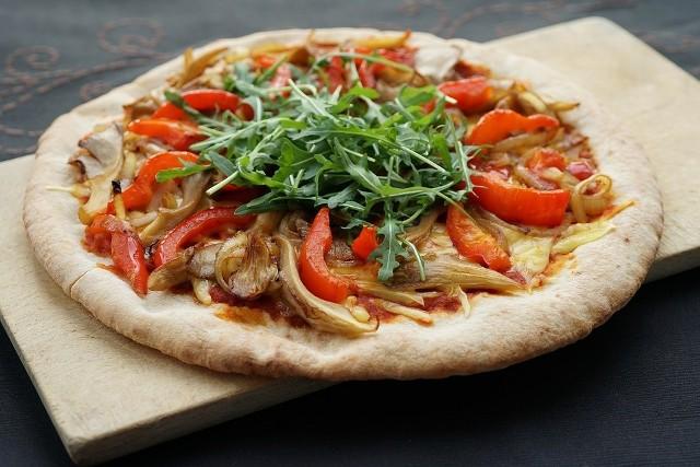 Dieta śródziemnomorska jest modelem żywienia opartym o mało przetworzone produkty zbożowe, świeże owoce i warzywa, przetwory mleczne, a także nasiona roślin strączkowych, chude mięso i owoce morza. Głównych źródłem tłuszczu, obok orzechów, nasion i awokado, jest aromatyczna oliwa z oliwek, która wykazuje korzystny wpływ na gospodarkę lipidową organizmu.Zobacz kolejne slajdy, przesuwając zdjęcia w prawo, naciśnij strzałkę lub przycisk NASTĘPNE, a poznasz przepisy na smaczne dania z diety śródziemnomorskiej.