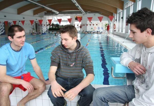 Mateusz Aniołek i Kacper Koćwin byli już zobaczyć, jak wygląda pływalnia. Na zdjęciu ze swoim nauczycielem wuefu, Romanem Baranem.