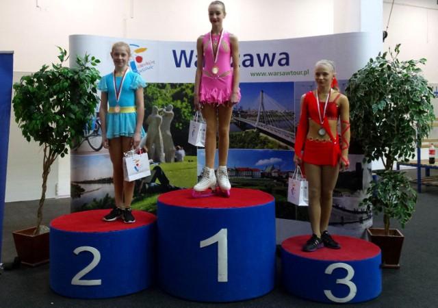 Magdalena Zawadzka z Unii Oświęcim na najwyższym stopniu podium mistrzostw Polski w łyżwiarstwie figurowym novice w Warszawie.
