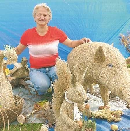 Janina Mrówka. Ma 55 lat. Zajmuje się prowadzeniem domu. Interesuje się malarstwem i czasem sama chwyta za pędzel i paletę.