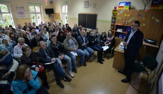 Budowa szkoły w Kokoszkach kosztowała ok. 36 mln zł. Od początku związkowcy i opozycyjni radni byli przeciwni, by przekazywać ją operatorowi