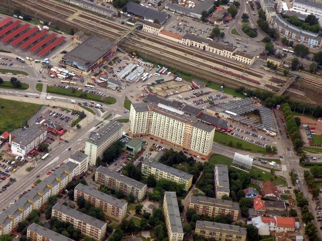 Osiedle Przydworcowe z dominującym galeriowcem, stary dworzec PKS, Centrum Handlowe Park oraz dworzec PKP - lipiec 2011