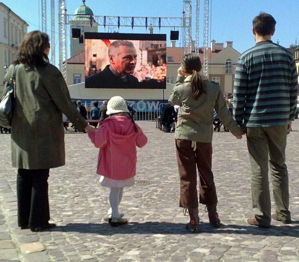 W Rzeszowie są ustawione dwa telebimy, na których będzie można obejrzeć telewizyjne transmisje dzisiejszych uroczystości.