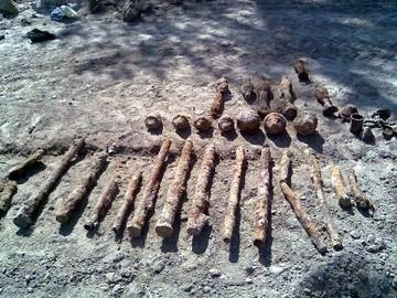 Niewypały znalezione podczas budowy boiska szkolnego.