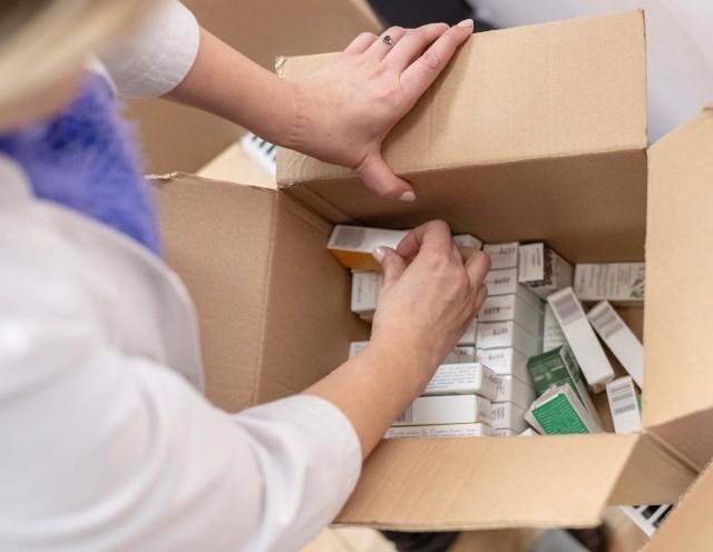 Z każdym dniem przybywa zaszczepionych na COVID-19. Nie wszyscy jednak zamierzają przyjąć szczepionkę i podważają jej skuteczność. Okazuje się, że efektywność preparatu rzeczywiście może być osłabiona. Mogą mieć na to wpływ przyjmowane na krótko przed szczepieniem leki. Jakich specyfików lepiej wtedy unikać? Sprawdźcie szczegóły w dalszej części galerii! Czytaj dalej. Przesuwaj zdjęcia w prawo - naciśnij strzałkę lub przycisk NASTĘPNECZYTAJ TAKŻE:Te osoby nie powinny dostać szczepionki przeciwko COVID-19Skutki uboczne szczepienia na COVID-19