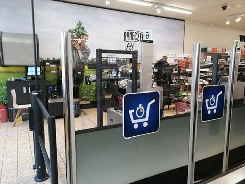 """W Lidlu w Gorzowie przy ul. Mickiewicza pojawiły się kasy samoobsługowe. To nowość w sieciach sklepów Lidl. Pod koniec 2019 roku w Polsce były tylko dwa sklepy, w których pojawiły się strefy samoobsługowe i był to projekt pilotażowy. Po jego przetestowaniu kasy samoobsługowe pojawiły się jeszcze w innych sklepach na terenie Polski.Jak to wygląda w praktyce? Nieco inaczej niż np. w Tesco. W strefie samoobsługowej mogą zrobić zakupy tylko te osoby, które za zakupy zapłacą kartą - te kasy nie przyjmują gotówki. To po pierwsze. Po drugie: trzeba odebrać paragon. Dlaczego? Strefa jest zamknięta. By móc ją opuścić należy zeskanować """"na bramce"""" kod kreskowy znajdujący się właśnie na paragonie.Wideo: Firmy muszą się dostosować do nowych technologii"""