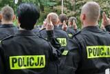 Trwa nabór do policji w Poznaniu. W Wielkopolsce wolnych prawie 500 wakatów. Kto może wstąpić do służby? Ile można zarobić?