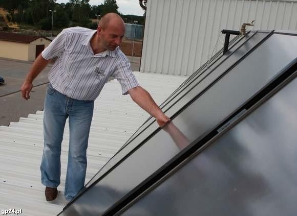 Adam Drozd, pracownik ZGK przy solarach