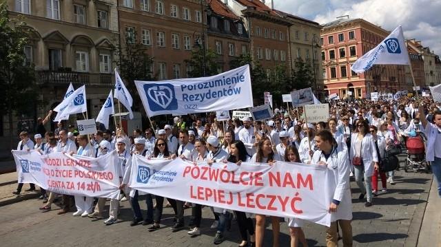PiS złożyło wiele obietnic dotyczących poprawy w systemie ochrony zdrowia. - Zapowiedzi rządu nie są tą dobrą zmianą, na którą liczyli pacjenci i pracownicy medyczni - zauważa Krzysztof Bukiel