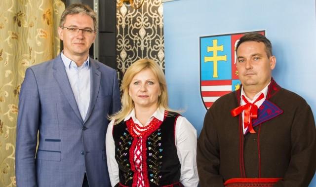 Marszałek województwa Adam Jarubas we wtorek podczas konferencji ze starostami dożynek Joanną Woch i Michałem Matuszczykiem.