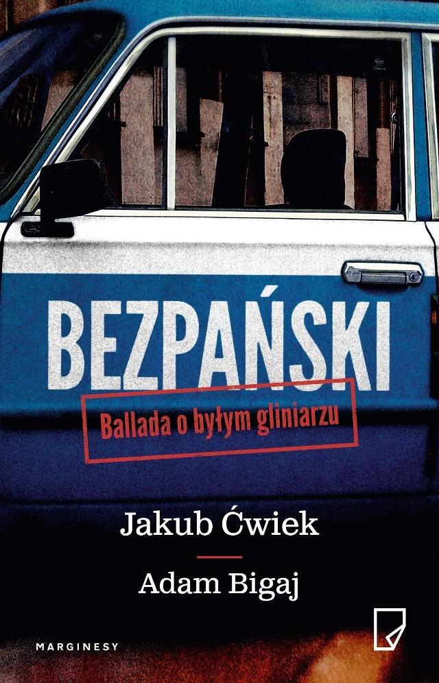 Jakub Ćwiek (ur. 1982) autor ponad dwudziestu książek, stand-uper, scenarzysta. Debiutował w 2005 roku zbiorem opowiadań Kłamca, który doczekał się pięciu kolejnych tomów i rozrastającego się, multimedialnego uniwersum. W 2007 roku ukazał się kryminał grozy Liżąc ostrze, a rok później horror Ciemność płonie, do napisania którego spędził pół roku wśród bezdomnych na dworcu w Katowicach. Napisał też m.in. czterotomowy cykl Chłopcy (2012–2015) oraz dwutomowe cykle Dreszcz (2013–2014) i Grimm City(2016–2017). Dziesięciokrotnie nominowany do Nagrody im. Janusza A. Zajdla, zdobył ją w 2012 roku za opowiadanie Bajka o trybach i powrotach.Adam Bigaj (ur. 1958) Wrocławianin z urodzenia i wyboru. Podinspektor Policji w stanie spoczynku. Swoją służbę rozpoczął w MO na Komendzie Wrocław–Fabryczna. Przez prawie cztery dekady oglądał najciemniejszą stronę miasta i był w samym sercu spraw, którymi żyła cała Polska. W latach dziewięćdziesiątych kierownik sekcji zabójstw na wrocławskim starym mieście, a następnie wieloletni naczelnik wydziału kryminalnego posterunku na Rakowcu, zwanego przez wrocławian Trójkątem Bermudzkim.