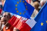 """Białystok. """"ZostajeMY w UE!"""". Manifestacja w obronie Polski europejskiej na Rynku Kościuszki"""