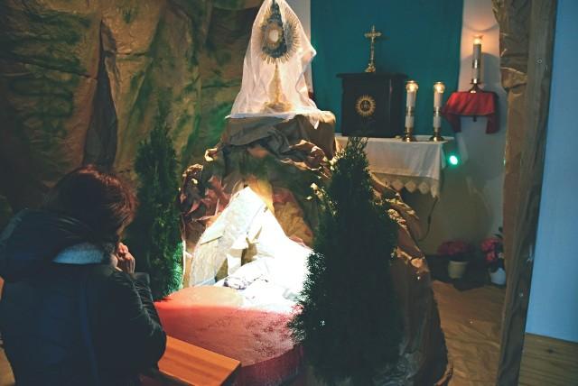 Grób Pański w kościele pw. Najświętszej Maryi Panny w BiałymstokuTłumy wiernych modliły się w Wielką Sobotą przy Grobach Pańskich w białostockich i podbiałostockich parafiach. Prezentujemy galerię tegorocznych dekoracji w kościołach w regionie. Jeżeli masz zdjęcie Grobu Pańskiego w swoim kościele i chciałbyś się nim podzielić z naszymi Czytelnikami. Wyślij je na adres online@poranny.pl.