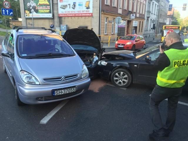 Wypadek na DK 79 w Chorzowie. Zderzyły się trzy samochody