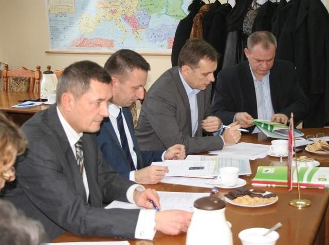 Podczas Powiatowej Rady Zatrudnienia zatwierdzono podział środków zaproponowany przez Sławomira Cieślickiego, dyrektora PUP-u (drugi z lewej). Obok: Tadeusz Derebecki, przewodniczący PRZ (z lewej), Piotr Lampert, zastępca dyrektora PUP i burmistrz Mariusz Kędzierski