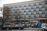 Kraków. Znikają szpecące reklamy sprzed dawnego hotelu Cracovia