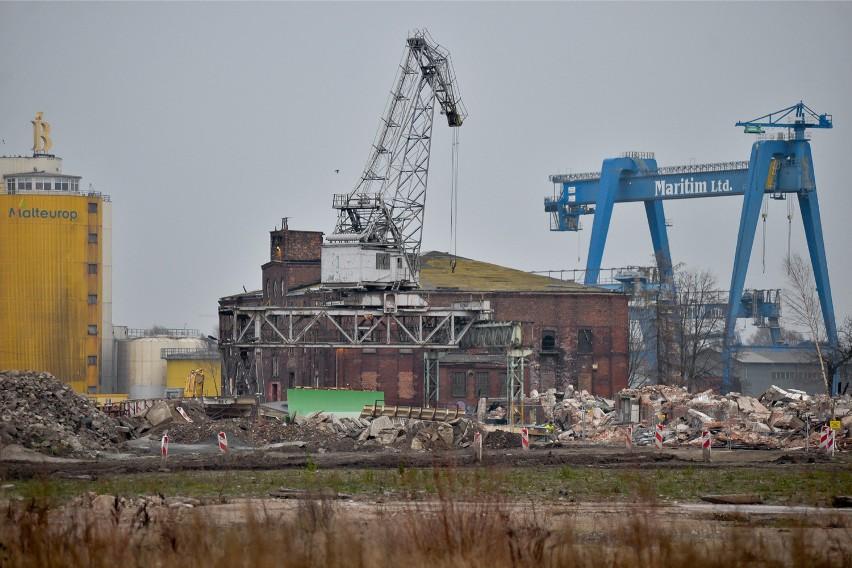"""Bój o halę 88A, znajdującą się na terenach opuszczonych przez Stocznię Gdańską i przejętych przez duńską spółkę BPTO, rozegrał się w lipcu tego roku. Obrońcy postoczniowego dziedzictwa, którzy pełnią rolę dawnych miejskich strażników, alarmujących o pożarach, podnieśli larum, że hala, z której usunięto  stolarkę, jest przygotowywana do wyburzenia. Kiedy larum podniosły także media, rzecznik BPTO Dagmara Rozkwitalska uspokajała lokalną opinię publiczną: """"Halę numer 88A tylko zabezpieczyliśmy, bo w ostatnim czasie zamieniła się w nielegalne siedlisko i pojawiło się dużo złomiarzy"""". Te uspokajające wypowiedzi nie wszystkich przekonały, w obronie hali stanęli np. jeszcze artyści, jednak z czasem sprawa zeszła z wokandy."""