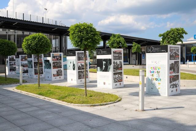 Wystawa o historii Solidarności stanęła przed dworcem PKP w Lublińcu.Zobacz kolejne zdjęcia. Przesuwaj zdjęcia w prawo - naciśnij strzałkę lub przycisk NASTĘPNE