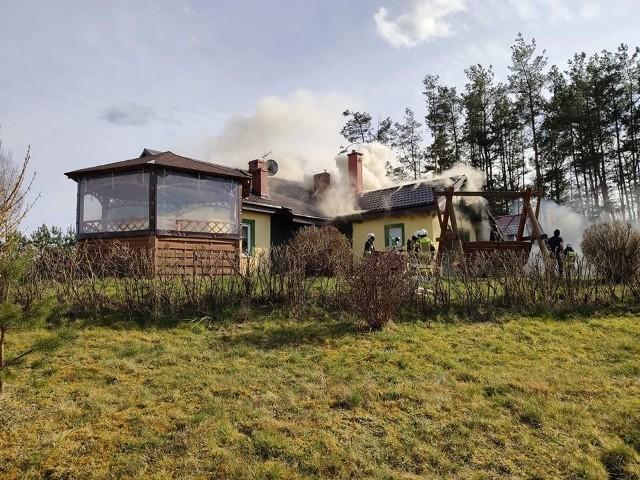 Do dużego pożaru doszło wczoraj w Kłosach. W ogniu stanął dom i budynki gospodarcze. Straty oszacowano na ponad 300 tysięcy złotych. Prawdopodobna przyczyna to zwarcie instalacji elektrycznej w kosiarce. W akcji wzięło udział 9 zastępów straży pożarnej.