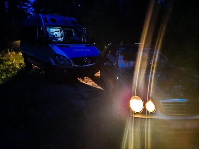 Mundurowi zatrzymali mercedesa w pobliskim lesie. Badanie alkomatem wykazało u kierowcy ponad promil alkoholu w organizmie.
