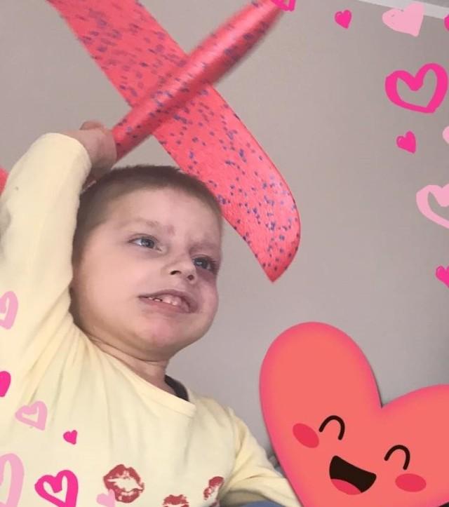 Miłoszek Banasiak urodził się w 2016 roku jako wcześniak z rozległymi zmianami naczyniakowymi na ciele i twarzy oraz przerostem lewej ręki.