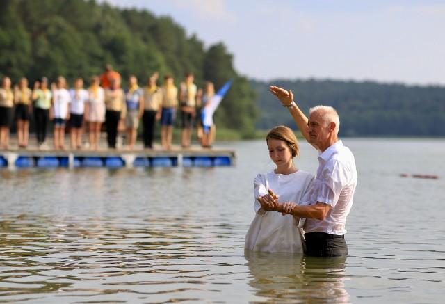 Biblijny chrzest przez zanurzenie w wodzie