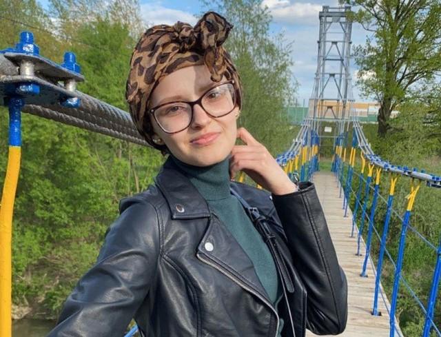 Zuzanna Makowiecka to mądra, inteligentna i pełna planów na przyszłość młoda dziewczyna, u której zdiagnozowany został mięsak tkanek miękkich.