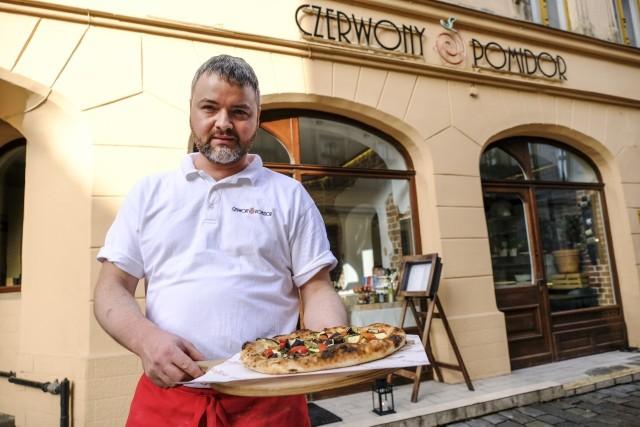 """Jacek Szymański w """"Czerwonym Pomidorze"""" pracuje po kilkanaście godzin na dobę. Pizzę robi na oczach przechodniów - wystarczy stanąć przy witrynie lokalu przy ul. Most Pauliński 12."""