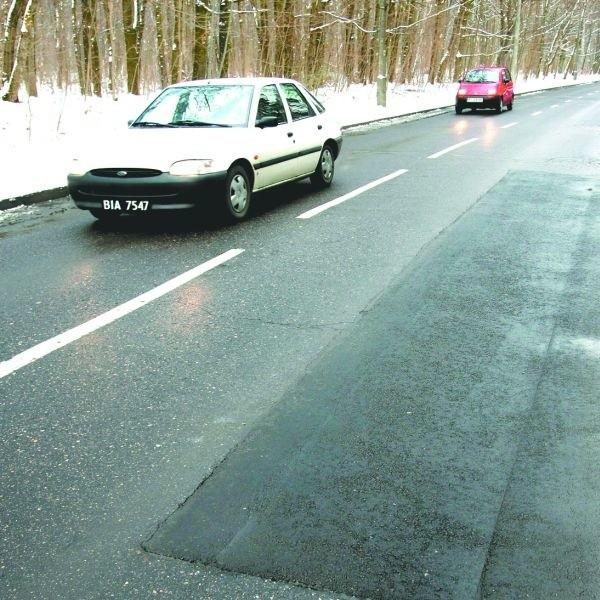 Dziura z tygodnia na tydzień była coraz większa. Kierowcy prosili żebyśmy interweniowali u drogowców. Udało się po dziurze została tylko łata.