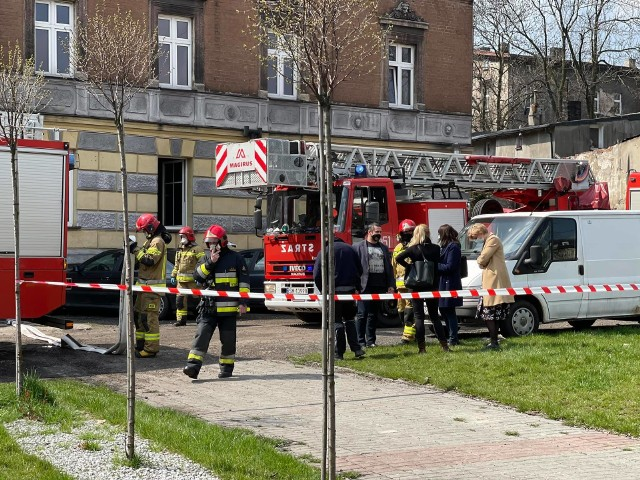 Pożar w Mysłowicach przy ul.  Bytomskiej 17. Jedna osoba zmarła, druga została poszkodowana. Zobacz kolejne zdjęcia. Przesuń zdjęcia w prawo - wciśnij strzałkę lub przycisk NASTĘPNE