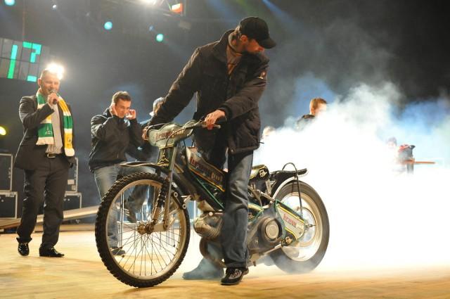 W marcu 2009 Rafał Dobrucki przejął motor od juniora i spalił gumę na deskach amfiteatru. Na zapleczu ktoś zakosił kurtkę Nielsa Kristiana Iversena i w ogóle była to wesoła prezentacja.